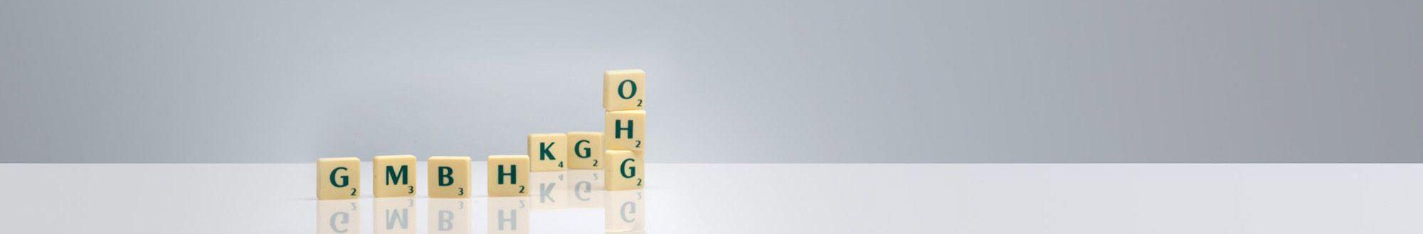 Buchstabenklötze auf grauem Grund