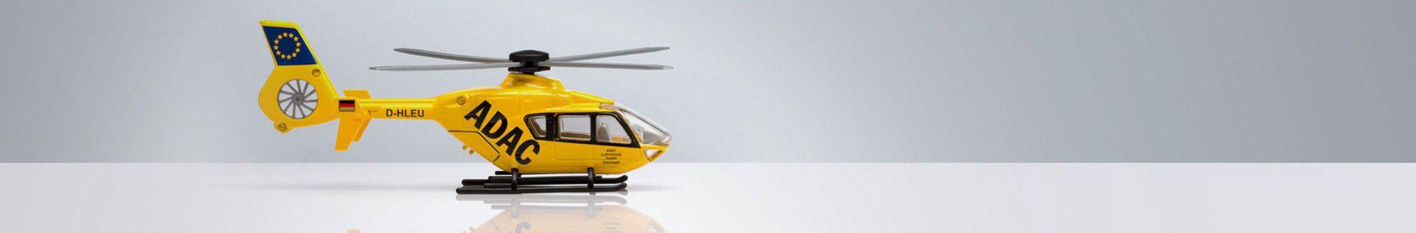 ADAC-Hubschrauber auf grauem Grund